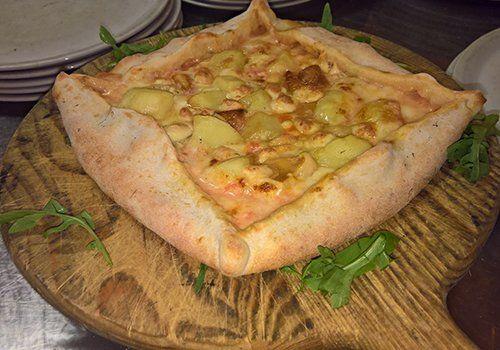 Le pizze speciali sono la nostra specialità come questa pizza quadrata di patate