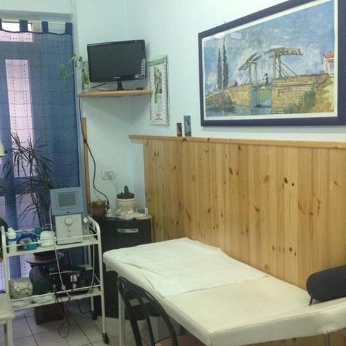 Sala di visite con la lettiga e apparati
