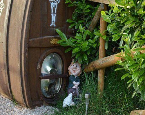 Un nano e  un coniglio bianco nascosti