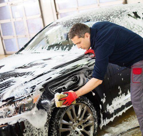 addetto lava una macchina