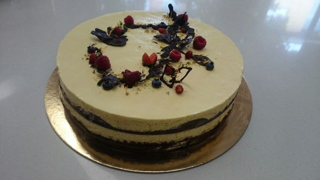 una torta al cioccolato e un'altra di un altro tipo