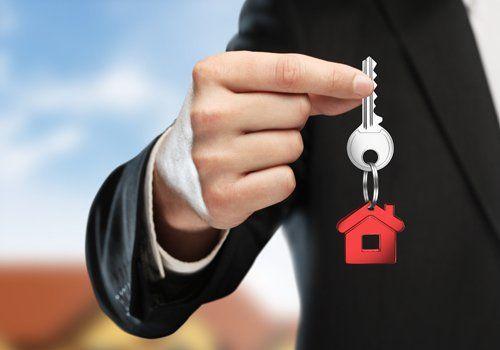 uomo con in mano le chiavi di una casa