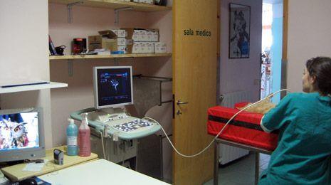 vista di un apparecchio per ecografie utilizzato da un medico