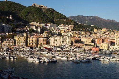 un porto con delle barche e una cittadina