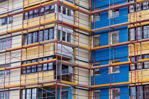 Ponteggio coprendo il edificio in costruzione