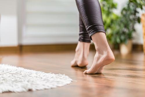 donna che camina su un pavimento di gres porcellanato