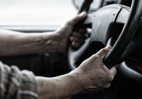 due mani su di un volante