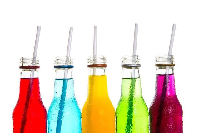 disegno con vari bicchieri  con colori diversi