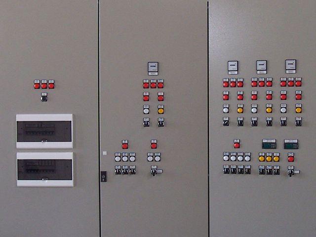 tre armadi in metallo,uno ospita un quadro elettrico e gli altri due diversi pulsanti rossi,bianchi e gialli