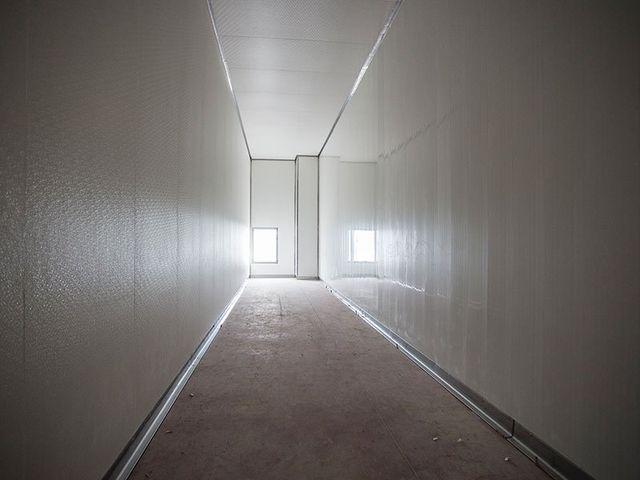 il corridoio di un magazzino e in lontananza una porta