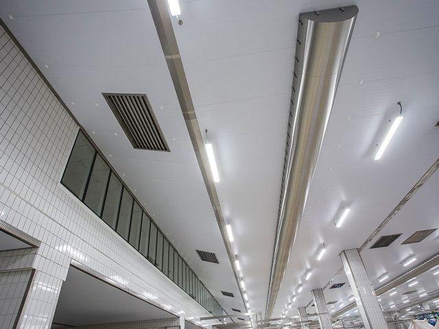 il soffitto di un magazzino con condotti  e prese d'aria