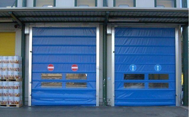tre porte rosse in un magazzino