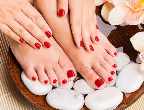 mani e piedi con smalto rosso