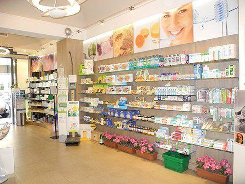 assortimento prodotti di una farmacia