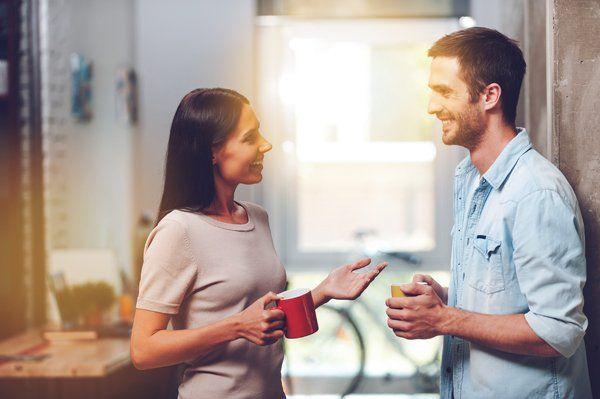 Ragazza parla con ragazzo durante pausa caffe