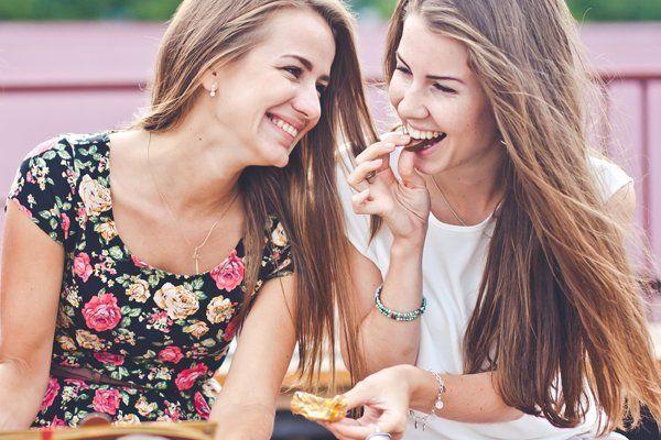 Ragazze che mangiano snack
