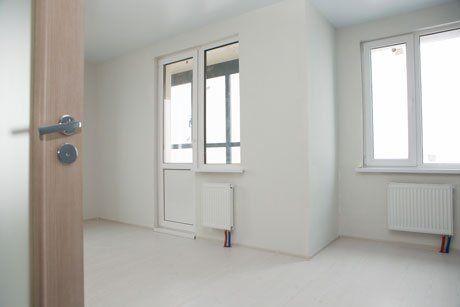 Camera pulita,faraone, con nuove finestre di PVC e porta di legno e vetro