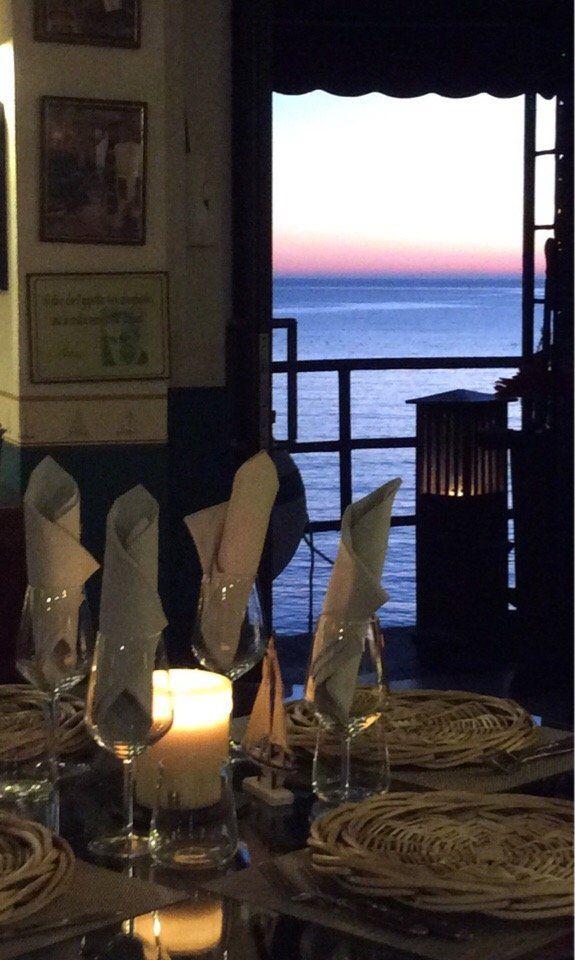 tavolo imbandito con vista mare dal ristorante