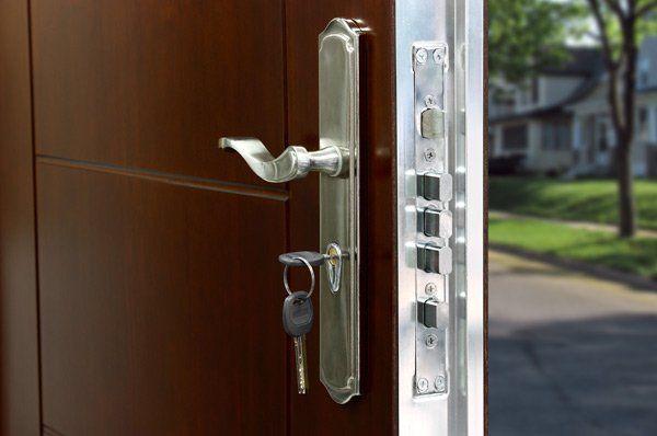 maniglia e serratura di una porta con chiavi inserite
