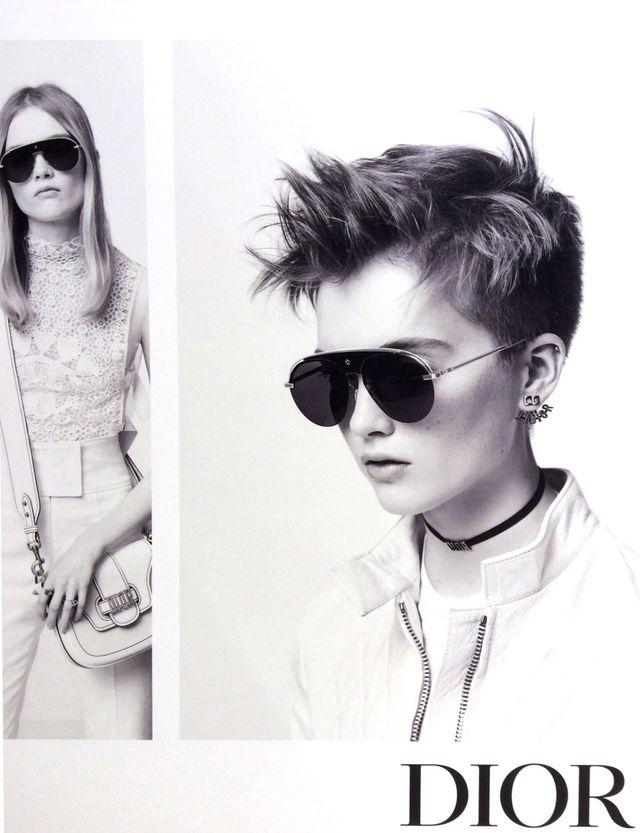 modella con occhiali da sole rotondi e con montatura colorata