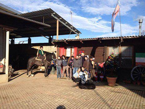alcune persone con un cavallo a San Francesco al Campo