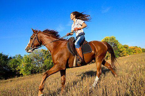 Ragazza pratica equitazione a San Francesco Al Campo