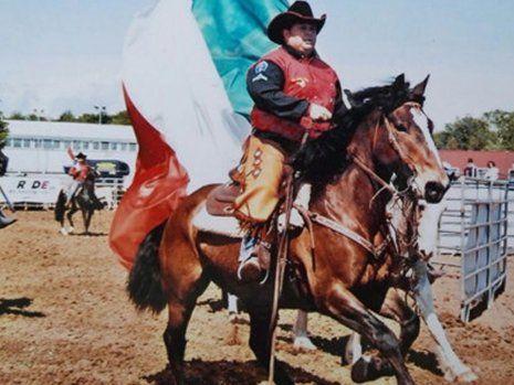 Uomo a cavallo durante una manifestazione