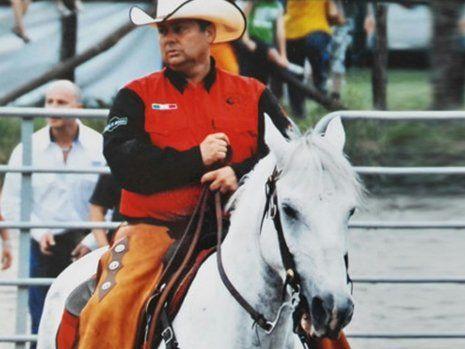 Uomo a cavallo praticando l'equitazione a San Francesco Al Campo