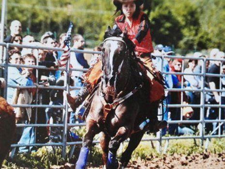 Ragazza a cavallo durante una gara di equitazione a San Francesco Al Campo