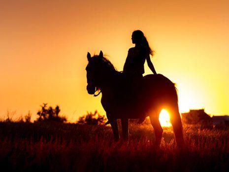 Ragazza a cavallo al tramonto a San Francesco Al Campo