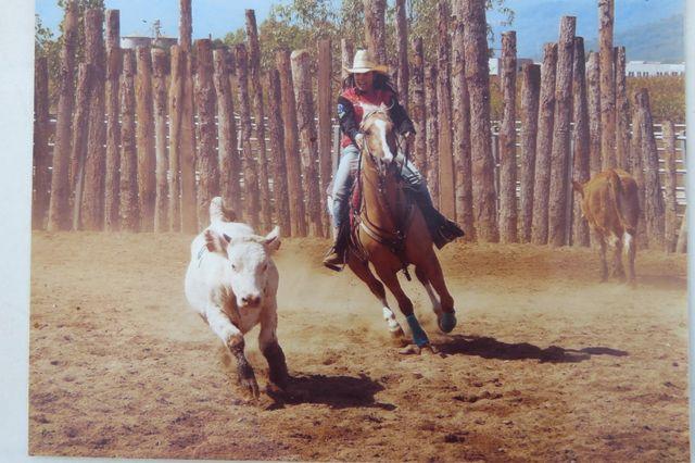 Ragazza praticando l'equitazione al Grande Ranch Azienda Agricola in San Francesco Al Campo
