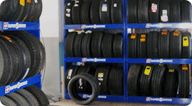 scaffali con assortimento di  pneumatici
