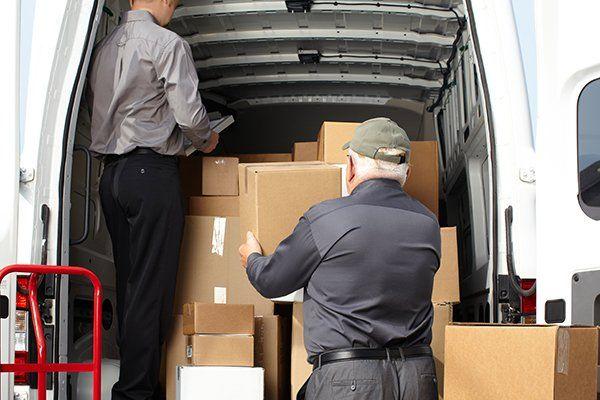 persone che caricano il furgone