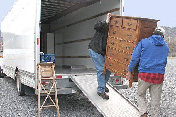 persone che caricano un camion con dei mobili