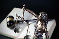 martello del giudice e bilancia della giustizia