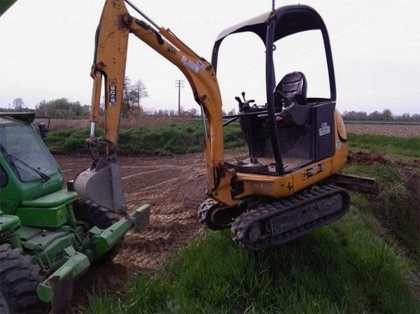 Macchina escavatrice al lavoro a Mede