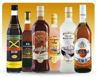 delle bottiglie di alcolici di diverse marche