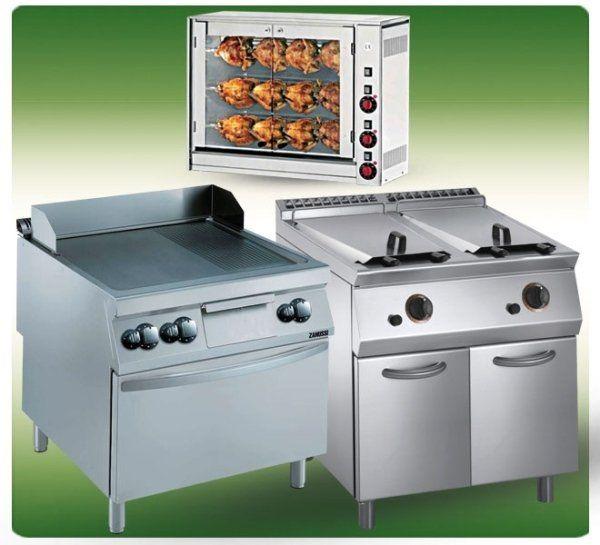 un forno con dentro dei polli allo spiedo e dei fornelli in acciaio
