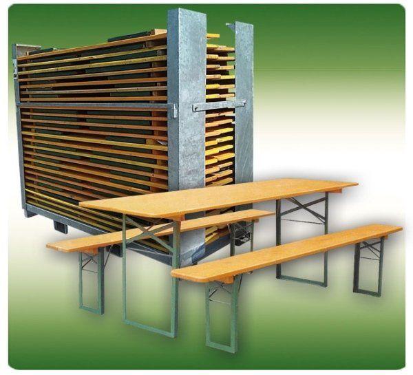 delle panche e un tavolo di legno rettangolare