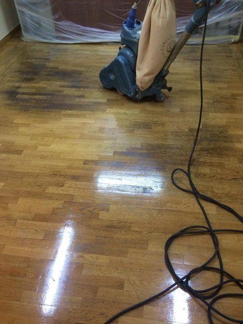 una lucidatrice su un pavimento in parquet