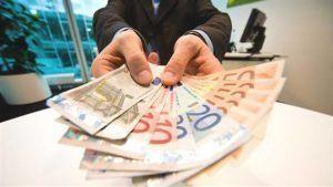 Uomo mostrando molti biglietti diversi di euro