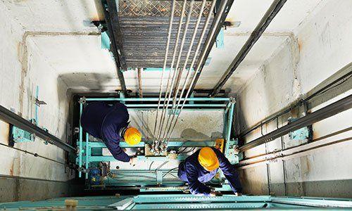 Tecnici riparano un ascensore dall'interno