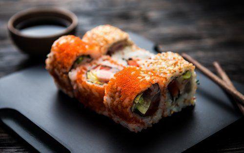 Vista da vicino di Sushi sul piatto nero