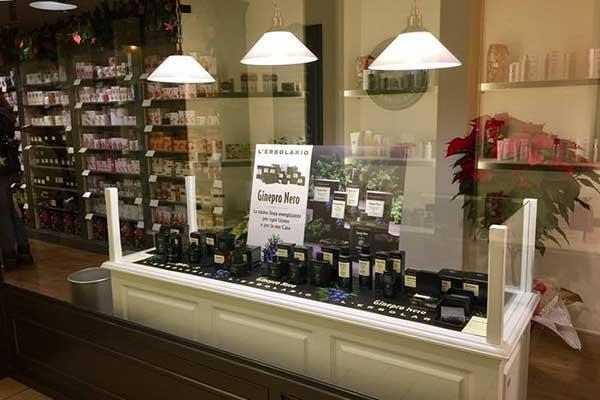 Interno di un negozio di bellezza, mensole con dei prodotti, vetrina con scritto L'erbolario, ginepro nero a Suzzara, MN