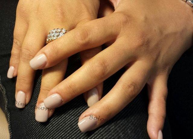 smalto trasparente su unghie