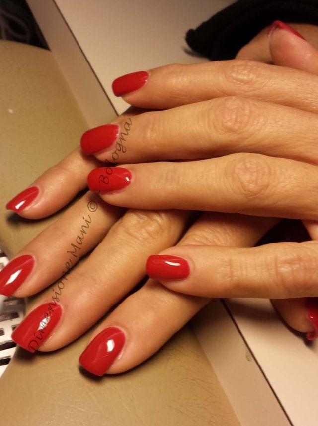smalto rosso su unghie