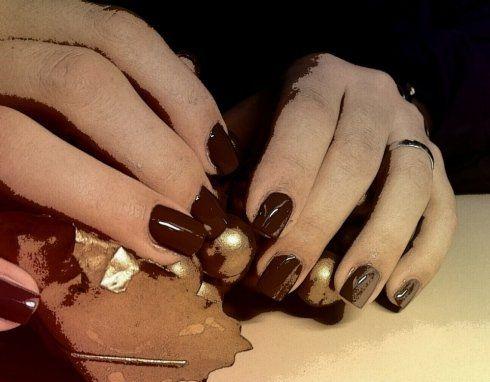 trattamento mani a seguito di smalto rosso scuro su unghie