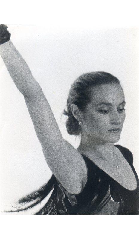 una foto di una donna con il braccio alzato