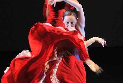 una ragazza che danza con un abito rosso lungo