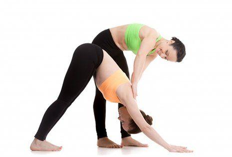due ragazze durante degli esercizi di stretching